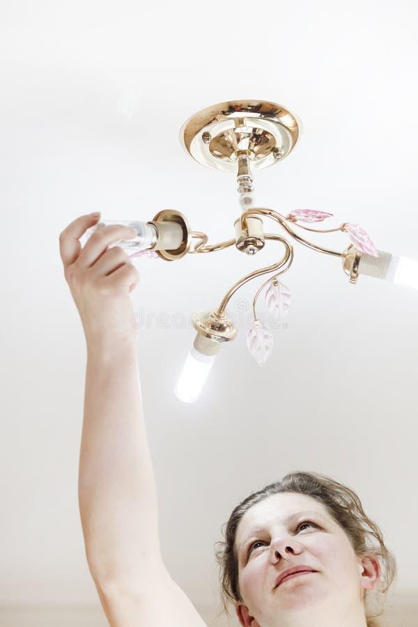 E ella está brillando Instalación de las lámparas del hogar LED del tipo del maíz, adentro foto de archivo