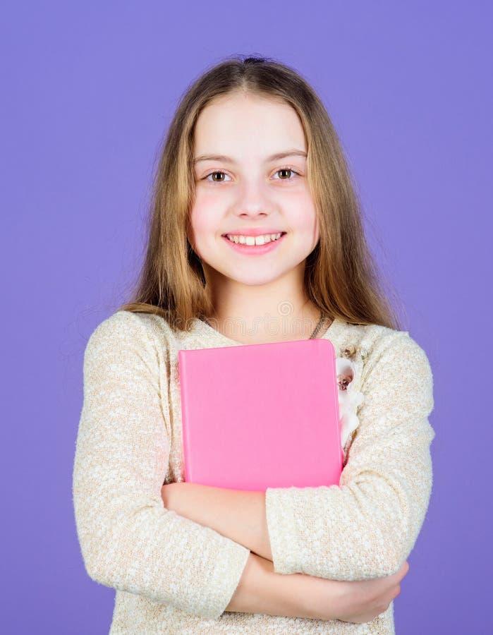 E Erlernen Sie mehr Violetter Hintergrund des M?dchengriff-Buches r Buchkonzept Kluge Zitate stockbilder