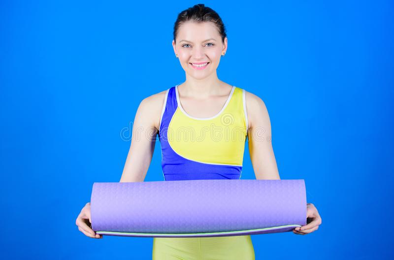E Esticando os músculos Treinador da ioga do atleta Conceito da classe da ioga Balance sua vida Ioga como o passatempo e imagens de stock