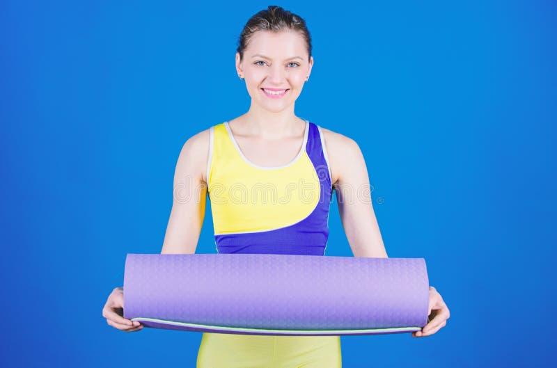 E Esticando os m?sculos Treinador da ioga do atleta Conceito da classe da ioga Balance sua vida Ioga como o passatempo e imagem de stock