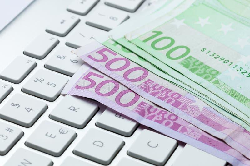 100 e 500 euro- contas no teclado fotos de stock royalty free