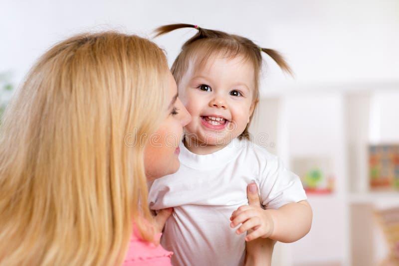 E Föräldraskaplycka royaltyfria bilder