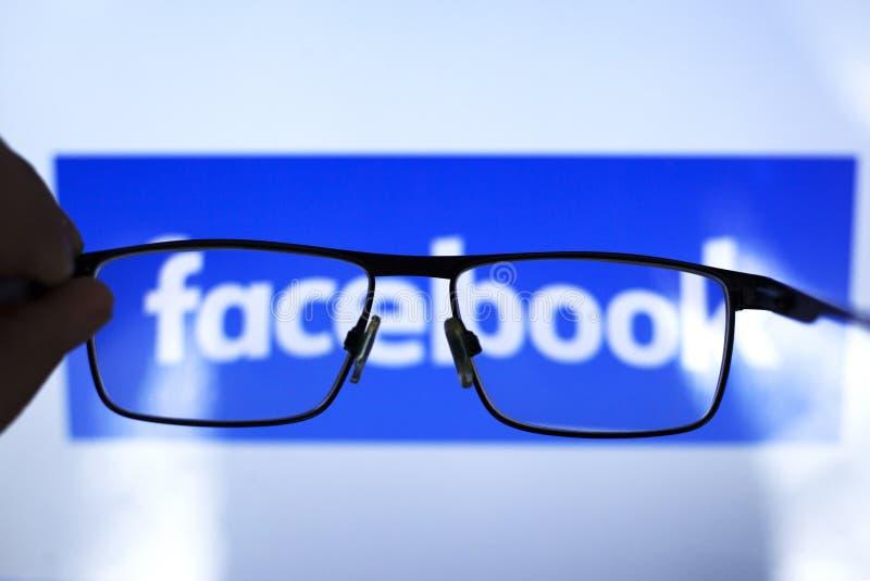E 26 2019: facebook des Sozialen Netzes durch transparente Gl?ser ediitorial lizenzfreies stockfoto