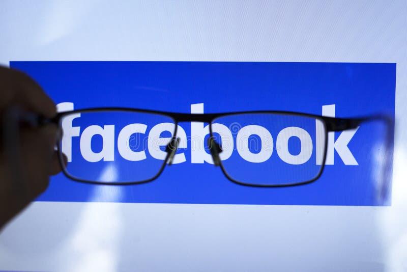 E 26 2019: facebook social de la red a través de los vidrios transparentes ediitorial foto de archivo libre de regalías