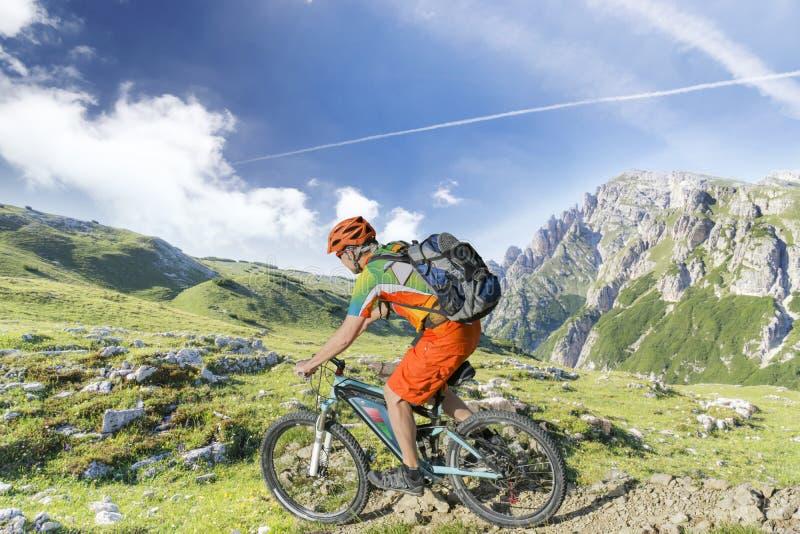 E-Fahrradreitergebirgspfad stockbild