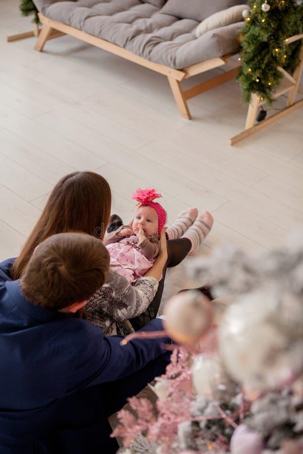 E Familie, Kerstmis, de winter, geluk en mensenconcept stock afbeeldingen