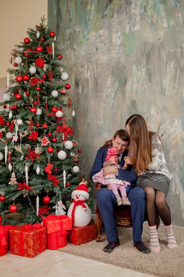 E Famille, Noël, hiver, bonheur et concept de personnes image stock
