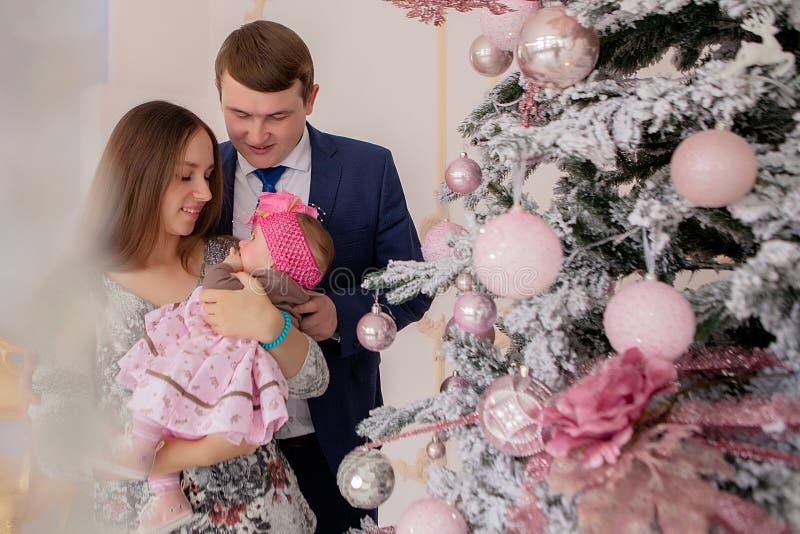 E Famille, Noël, hiver, bonheur et concept de personnes photos libres de droits