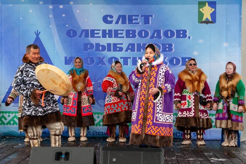 E Femmes dans des costumes nationaux des peuples du nord lointain exécuter une chanson traditionnelle photos libres de droits