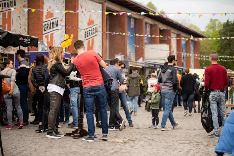 E 04 2019 - Festival del camion dell'alimento della via - la gente che si siede e che mangia ad una tavola ad un alimento della v fotografia stock
