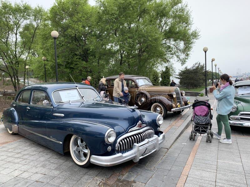 E Folkwalkingg på utställning av amerikanska retro-bilar nära Buick vägförlage 1950 år av manuf arkivbilder