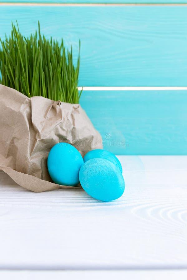 E 2 forsuj? piskl?ca poj?cia Easter jajek kwiat?w trawa maluj?cych umieszczaj?cych potomstwa Religia kosmos kopii obraz stock