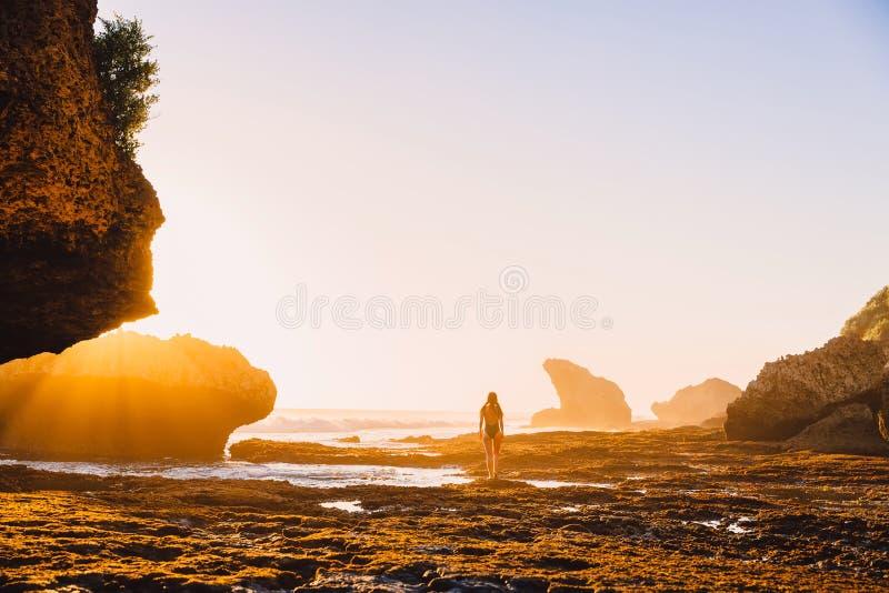 E Frau im Bikini in Ozean lizenzfreies stockbild