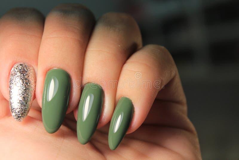 E Frauen ` s Hände mit sauberer Maniküre Gelpolitur angewendet lizenzfreies stockbild