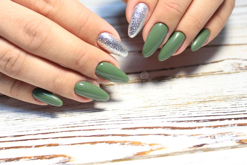 E Frauen ` s Hände mit sauberer Maniküre Gelpolitur angewendet stockfoto