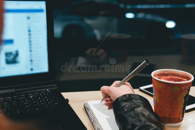 E Freelanceren arbetar avl?gset arkivbilder