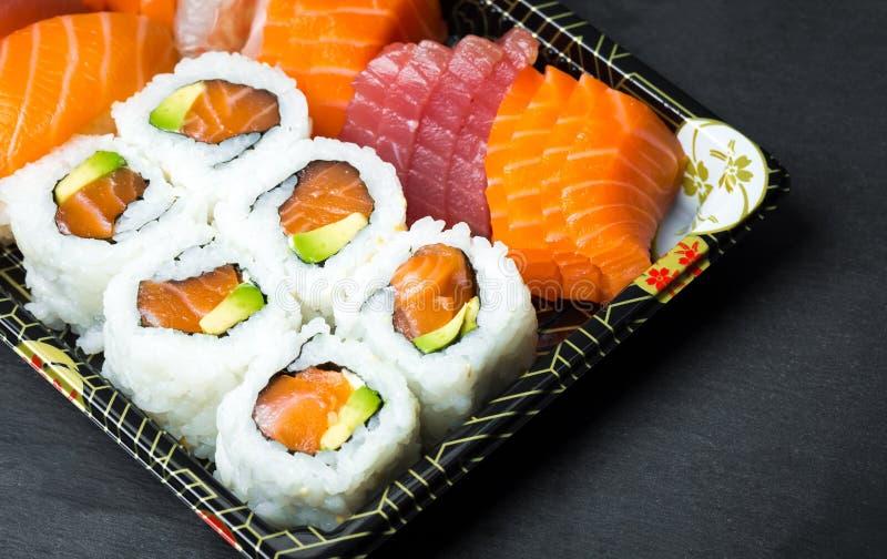 E Fresco feito o sushi ajustar-se com salmões, camarões, wasabi e gengibre Japonês tradicional fotos de stock royalty free