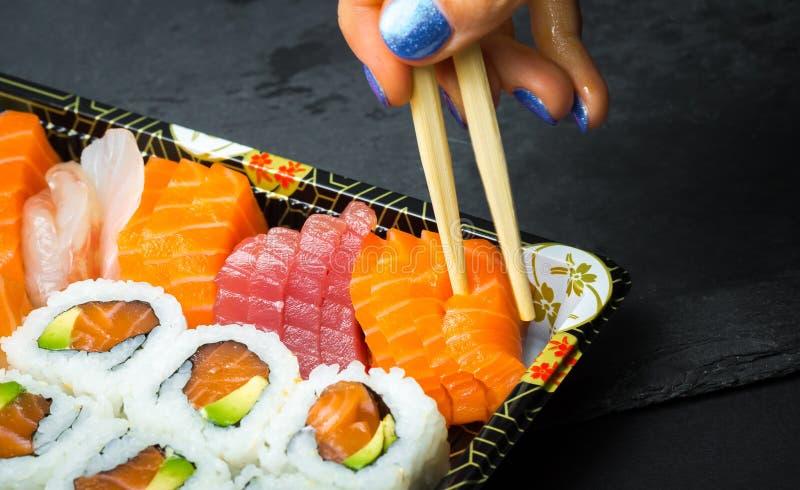 E Fresco feito o sushi ajustar-se com salmões, camarões, wasabi e gengibre Japonês tradicional fotografia de stock