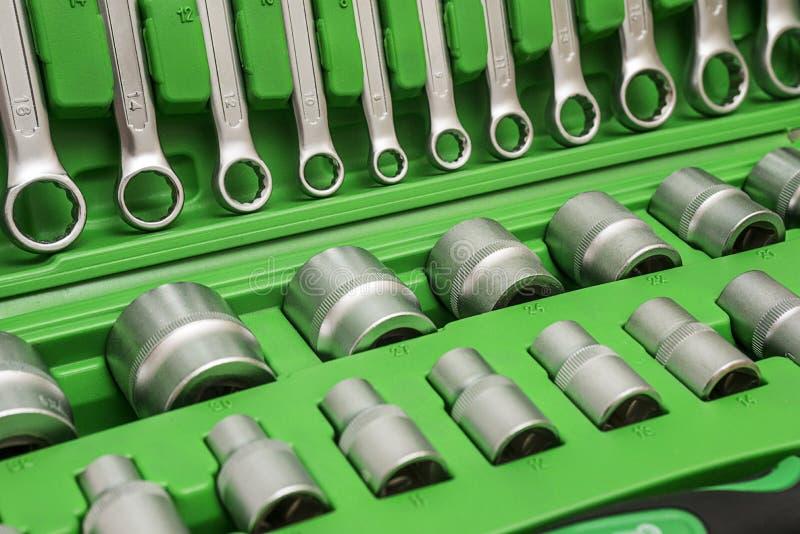 E Fundo Grupo de ferramentas para o reparo do carro na caixa, close up imagem de stock royalty free