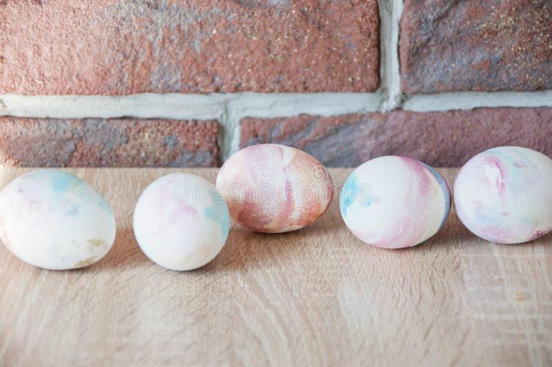 E Gelukkige Pasen Natuurlijke kleurstof Het beeld wordt gemaakt in a r Geschilderde eieren DIY en met de hand gemaakt Eijacht stock foto's