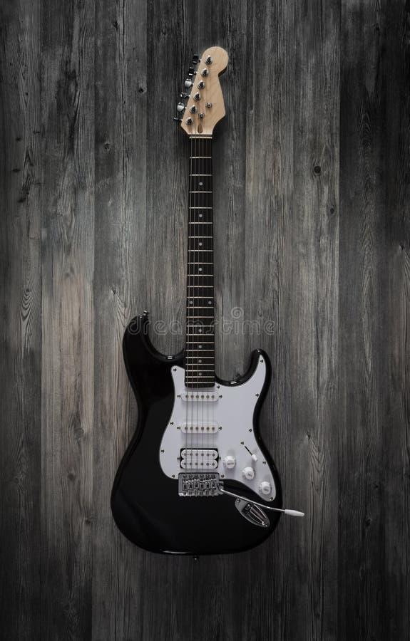 E-Gitarre auf hölzernem Hintergrund stockfotografie