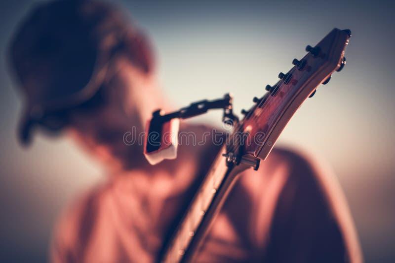 E-Gitarre, die Nahaufnahme spielt lizenzfreies stockfoto
