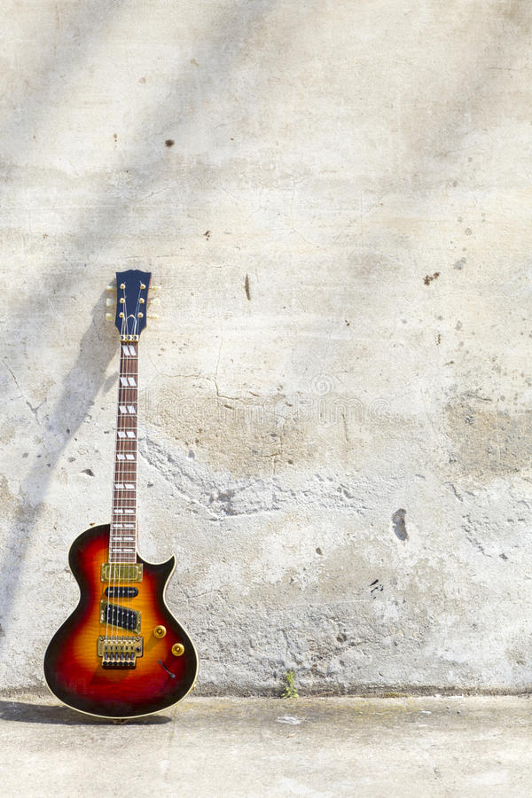 Download E-Gitarre Vor Einer Weinlesewand Stockfoto - Bild von weinlese, getrennt: 26373240