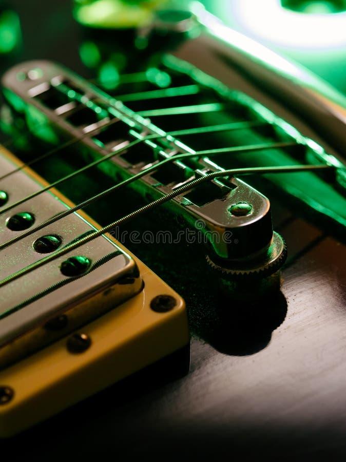 E-Gitarren-Schnur- und -brückenmakro stockfoto