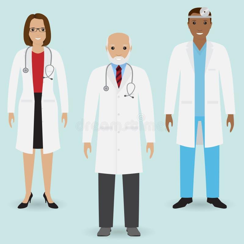 E Grupo de doutor idoso e de doutores novos do homem e os fêmeas que estão junto Povos médicos ilustração royalty free