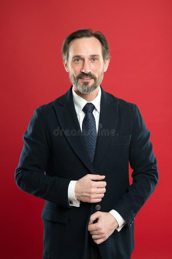 E Hår som ansar spetsar Affärsmannen ansade väl röd bakgrund för grabben Frisyr för affärsfolk Stilfullt och arkivfoto