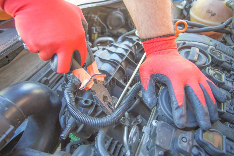E H?nder av bilmekanikern i garage Auto mekaniker i bilreparation royaltyfria bilder