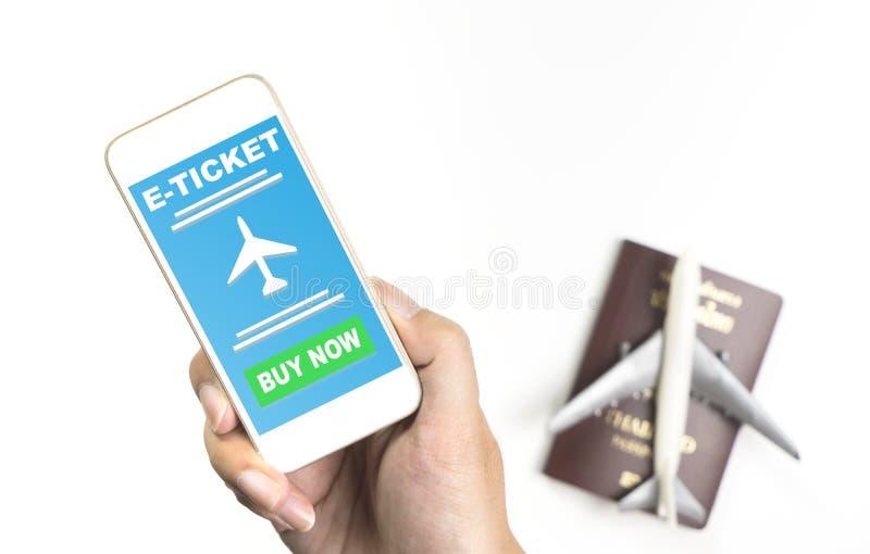 E halten, etikettieren Sie Anwendung für Flugzeugverkehr auf Telefonschirm lizenzfreie stockfotografie