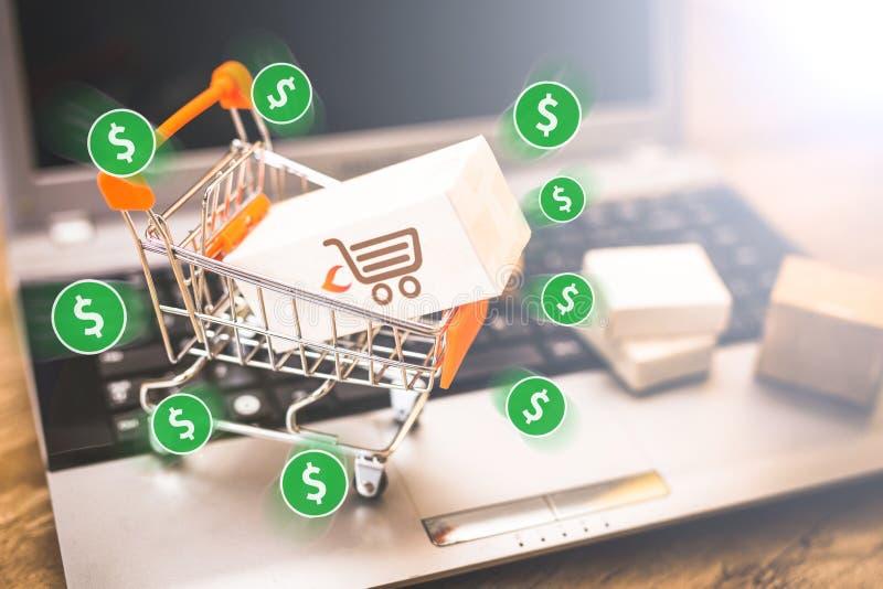 E handel, zakup i bubel online, wirtualny wózek na zakupy zdjęcie royalty free