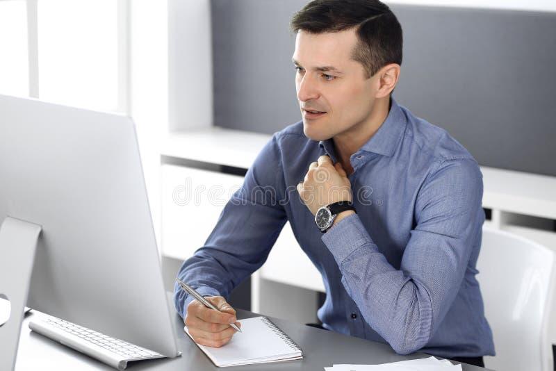 E Headshot του αρσενικού διευθυντή επιχειρηματιών ή επιχείρησης στον εργασιακό χώρο στοκ φωτογραφίες