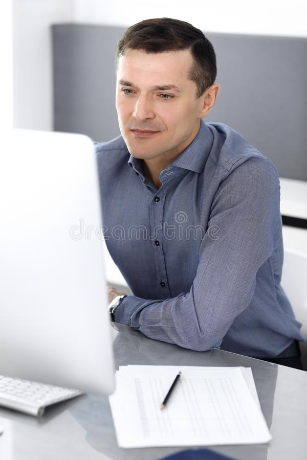 E Headshot του αρσενικού διευθυντή επιχειρηματιών ή επιχείρησης στον εργασιακό χώρο στοκ εικόνες με δικαίωμα ελεύθερης χρήσης