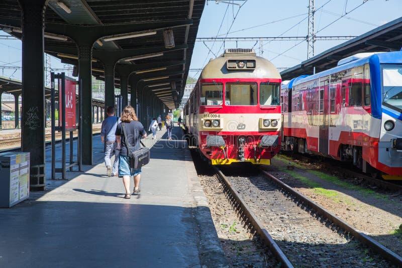 E Het oude station van de stad, mensen gaat naar het platform Reisfoto 2019 26 april stock fotografie