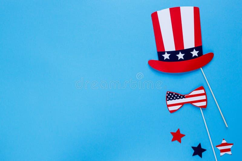 E Hoed, boog op stokken op blauwe achtergrond Amerikaanse vlagkleuren r royalty-vrije stock afbeeldingen