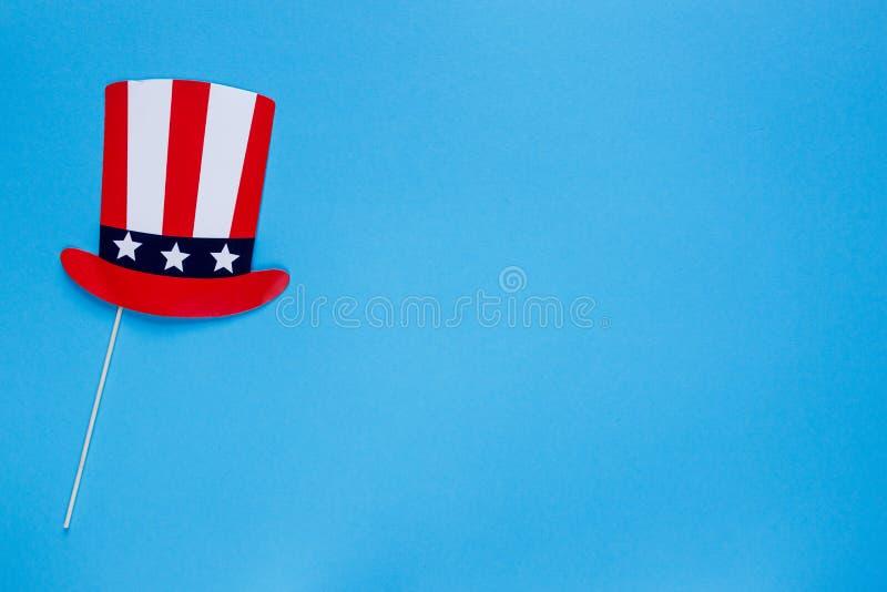 E Hoed op stokken op blauwe achtergrond Amerikaanse vlagkleuren r royalty-vrije stock afbeelding