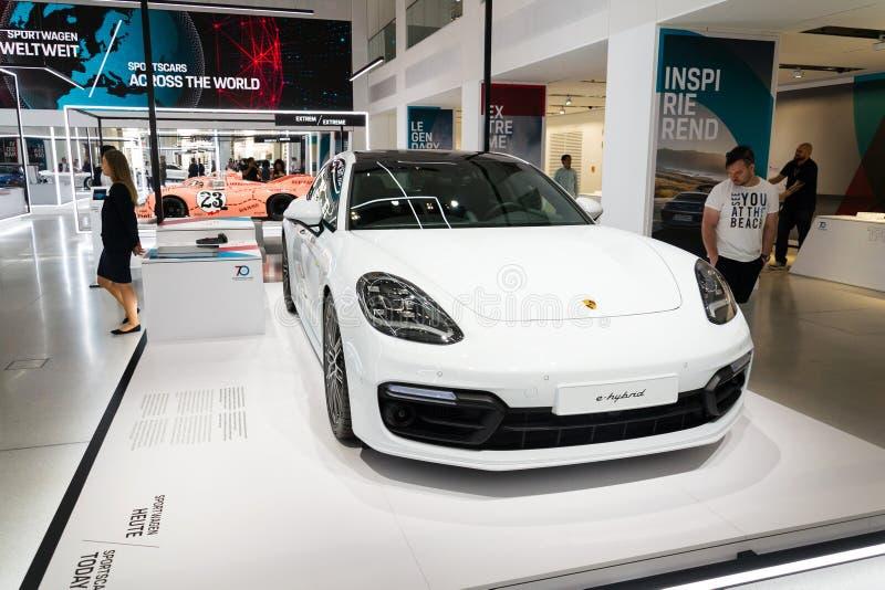 E-Hybridsport Turismo-Auto Porsches Panamera Turbo S, das an die Volkswagen Gruppe Forum Antrieb in Berlin, Deutschland steht lizenzfreie stockbilder