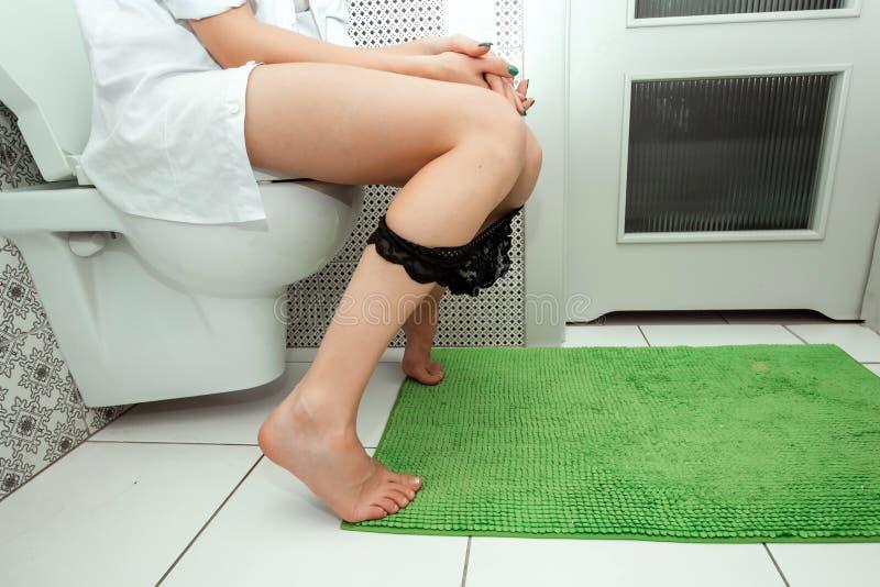 E Il concetto dei problemi con la sedia, intestini, igiene personale, fotografia stock