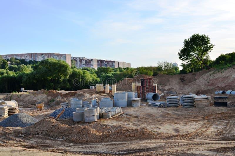 E Instalacja wodna magistrala, sanitarny kanał ściekowy, burza rynsztokowi systemy w mieście obrazy stock