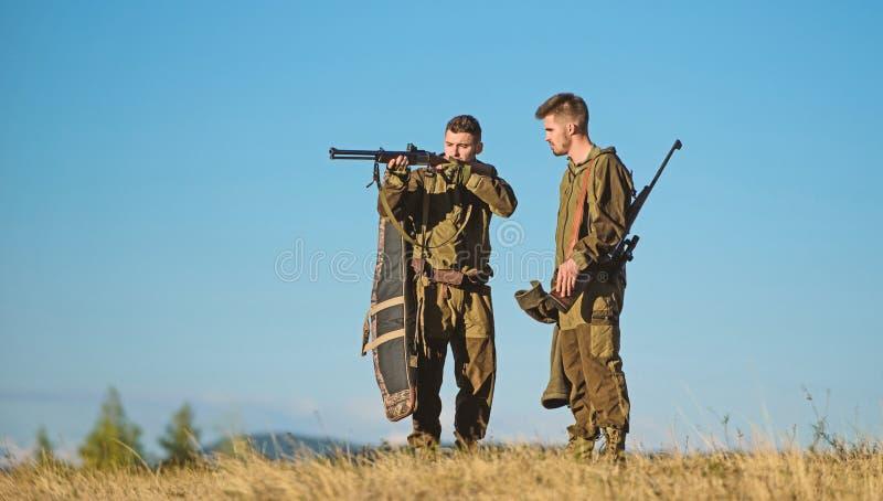 E Jagers met geweren in aardmilieu r royalty-vrije stock afbeelding