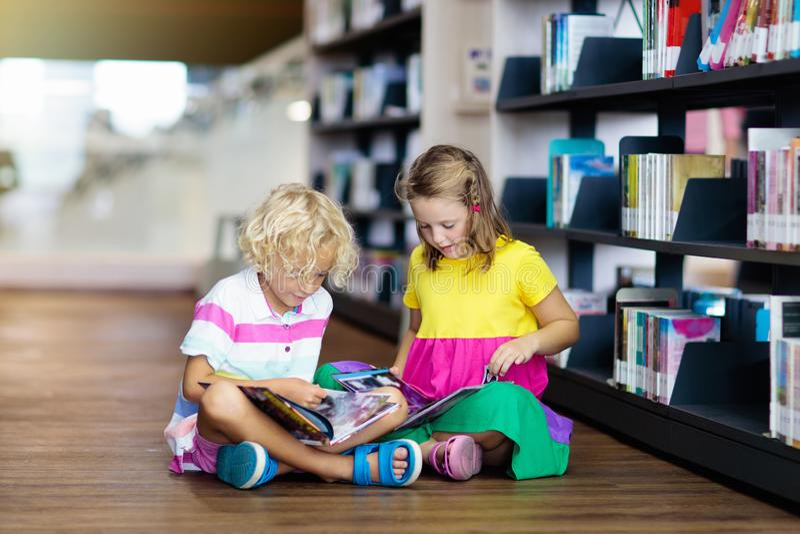 E Jonge geitjes die boeken lezen royalty-vrije stock afbeeldingen