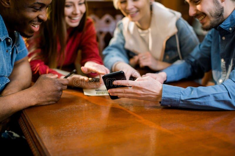 E Junge Leute, die in einem Caf? sich treffen r stockbild