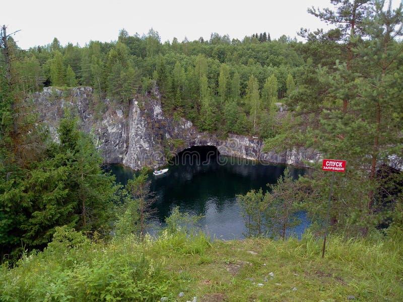 E Karelia Парк горы Ruskeala бывший мраморный карьер заполненный с грунтовыми водами Надпись на спуске плиты стоковое изображение