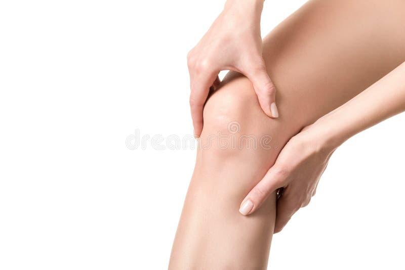 E Kobieta cierpiał jej nogę i dotyka jej bolesnego punkt rękami Dobrze przygotowywaj?ca sk?ra, zako?czenie w g?r? fotografia stock