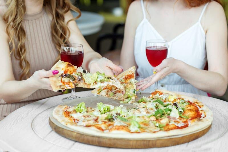 E Kobiety jedz? pizz? r obraz stock