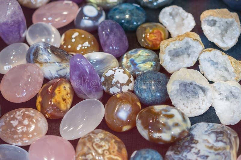 E kolorowi gemstones Naturalnych Okrzesanych Gemstone Semi Cennych skał Kolorowy tło obrazy stock
