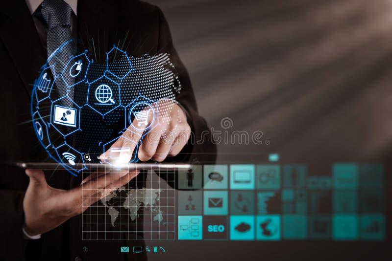 E-kommers begrepp med den digitala manöverenheten för VR med symboler av shopp royaltyfri fotografi