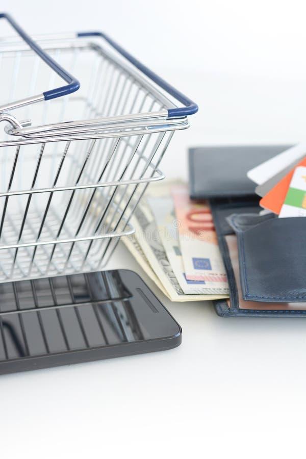 E-kommers begrepp med shoppingvagnen royaltyfri foto